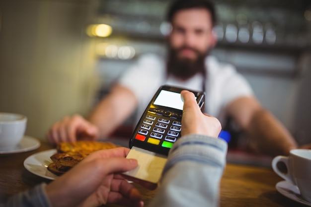 カウンターでの決済端末を介して、顧客を作るの支払い