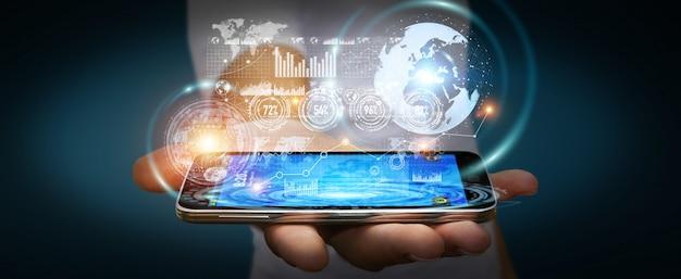Бизнесмен с помощью экрана голограммы с цифровыми данными