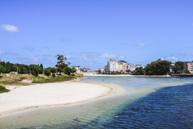 晴れた日に、セーラー村とビーチ、サンシプリアン、サンシブラオ、ガリシア、スペイン