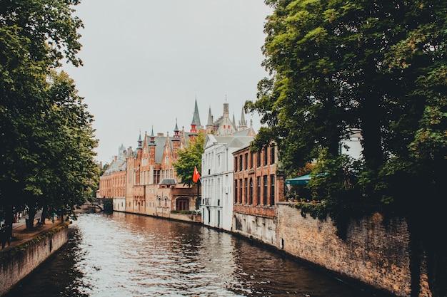 ベルギーのブルージュの通りは、ツウィン川によって交差しました