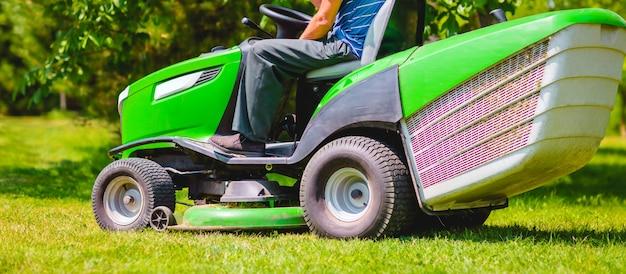 男と芝刈り機。長いバナー