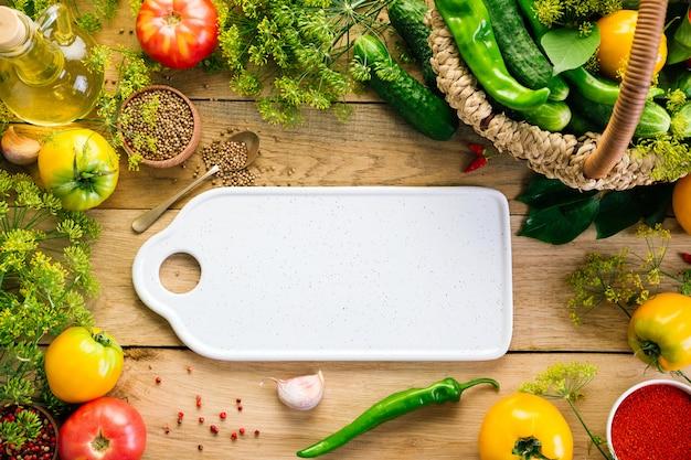 Пищевая рамка. разные овощи, разделочная доска