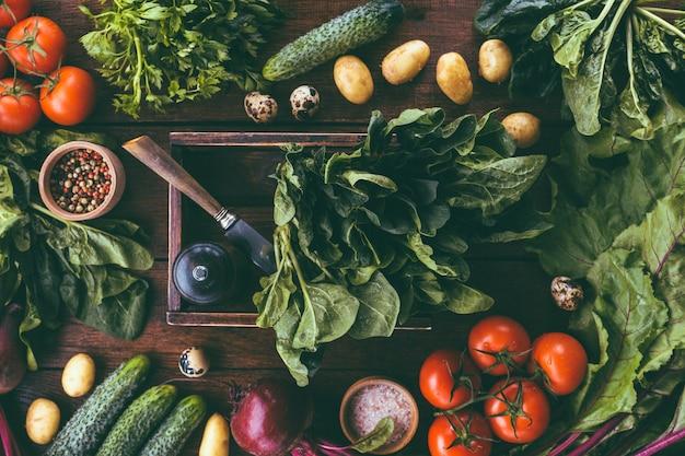 Свежие овощи, шпинат в деревянной коробке