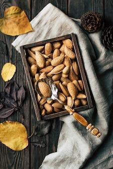 木製テーブルの上のボックスにアーモンドナッツ