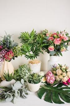 白い背景に、家の装飾に造花