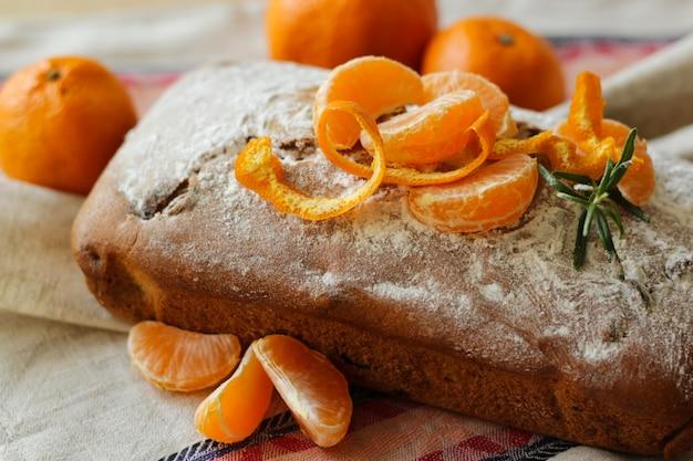 Традиционный неразрезанный рождественский пирог с мандаринами