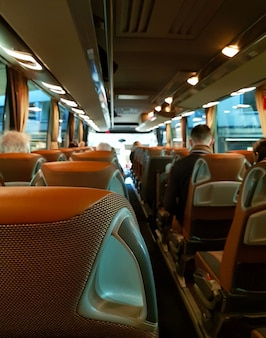 人々がいる大きな観光バスの中