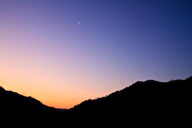 カラフルな山の空紫色の夕焼け