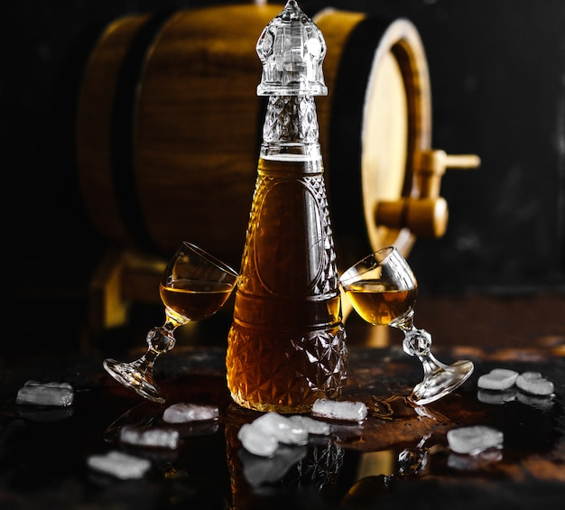 コニャックと古い木製の素朴なテーブルの上のガラス