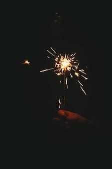 ベンガルの火を持っている女性の手
