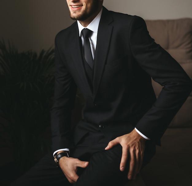 ネクタイまたは蝶ネクタイでエレガントなスーツを着た男