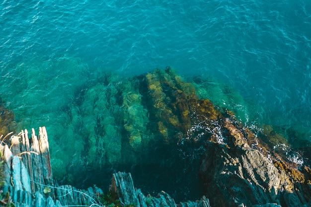 海辺の海岸にぶつかる海の波