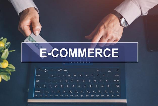 電子商取引。オンライン決済、クレジットカードを持っているとオンラインショッピングのためのラップトップを使用して女性の手。