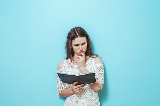 美しい若い女性の読書