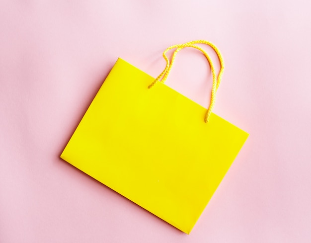 分離された黄色のショッピングバッグ