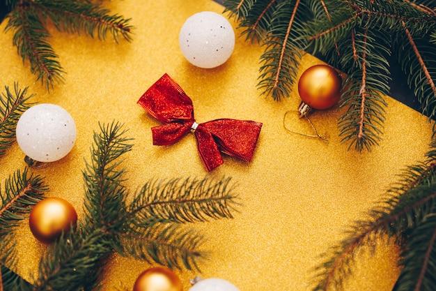 モミとキラキラ背景に装飾クリスマスおもちゃ