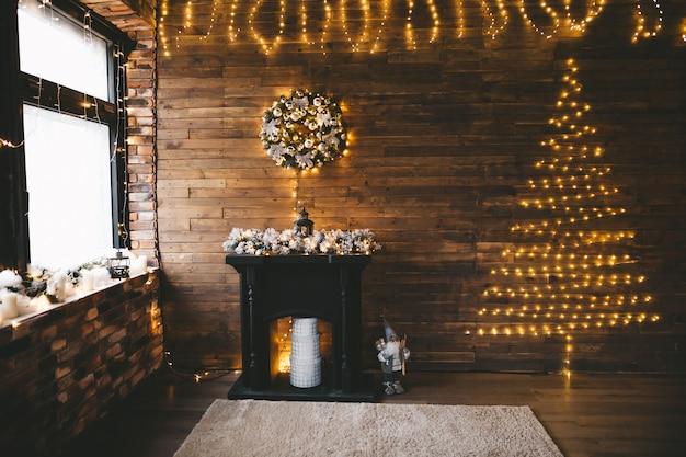 多くの電球と金色の黒い装飾のクリスマスツリー