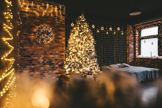 ゴールデンブラックスタイルのクリスマスデコレーションのインテリア。クリスマス休暇