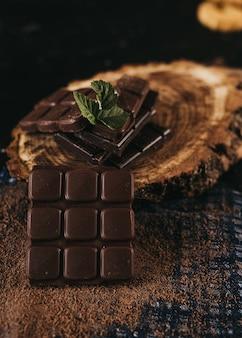素朴なテーブルの上のダークチョコレートとクルミカーネル