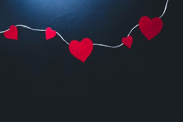 バレンタインデーの背景。青色の背景に紙の心