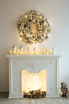 モミやクリスマス用の多くのアクセサリーでクリスマスをテーマにしたインテリア。白い金色の装飾のスタイル
