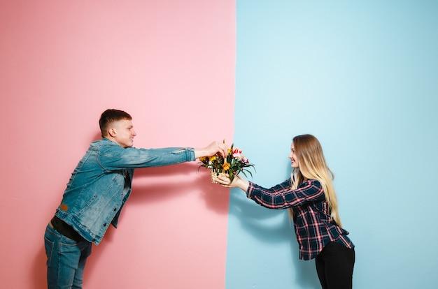 Девочка получает подарочную корзину с цветами