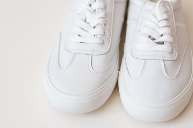 白地に白いスニーカーの靴のペア