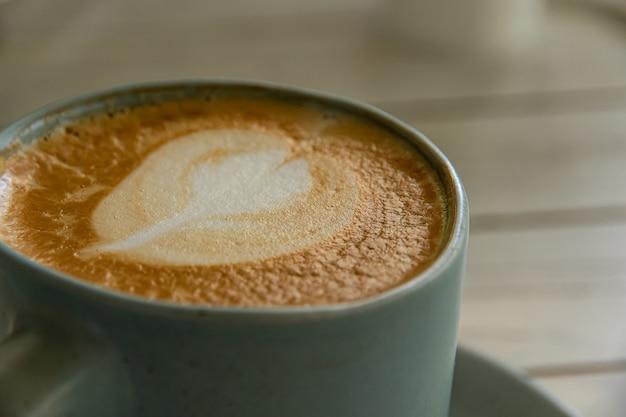 葉の形をしたクリームでホットコーヒーを閉じます。