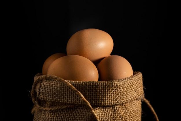 黒い壁に綿の袋に卵を閉じます。