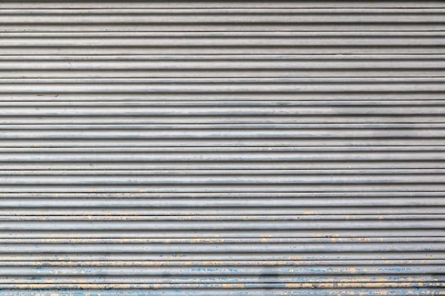 グレー色の金属製のローラーシャッタードアの質感