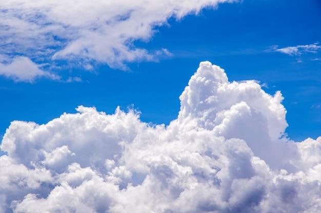 美しい青い空と白い雲の背景。