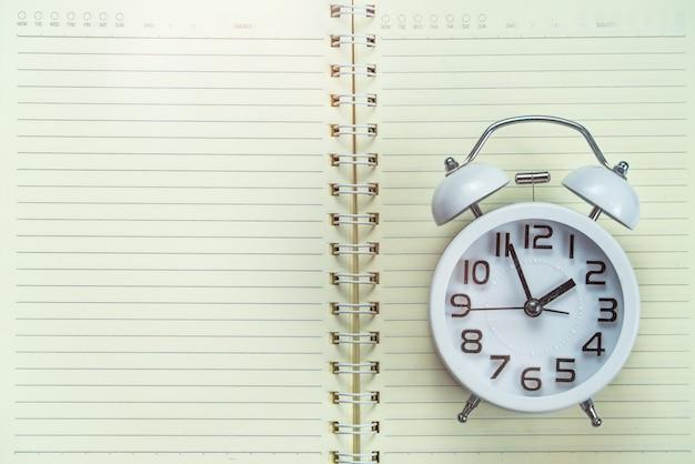学校に戻る 。ノートブックの目覚まし時計