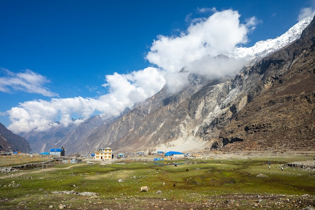 ネパールのヒマラヤ山の村のロッジの美しい景色