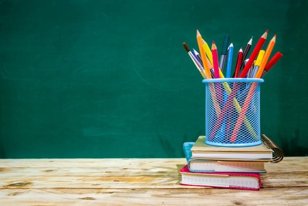 Обратно в школу концепции. цветной карандаш и принадлежности на деревянный стол
