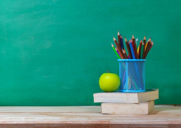 学校概念に戻る。色鉛筆、および木製のテーブルの供給