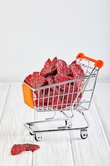 ショッピングカート内の乾燥ビートロットチップ