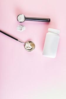 コラーゲンパウダーとスプーンの丸薬
