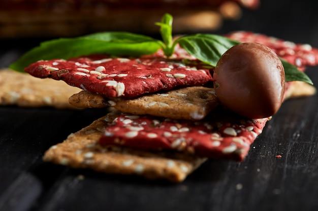 Крекеры из свекольной и ржаной муки с овощами для приготовления закусок. вегетарианство и здоровое питание