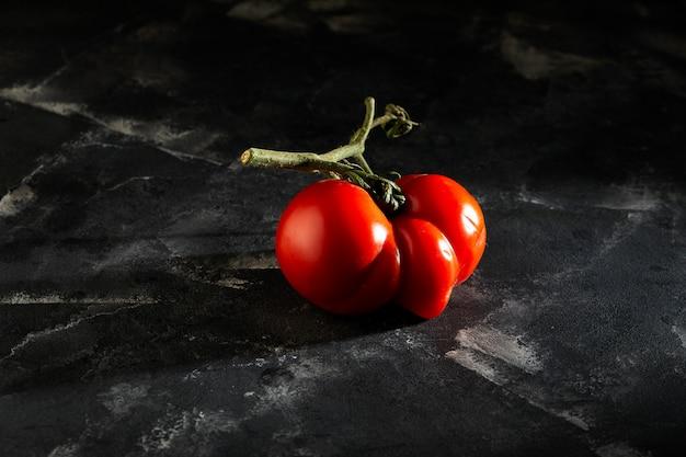 Сильно уродливый мутантный помидор
