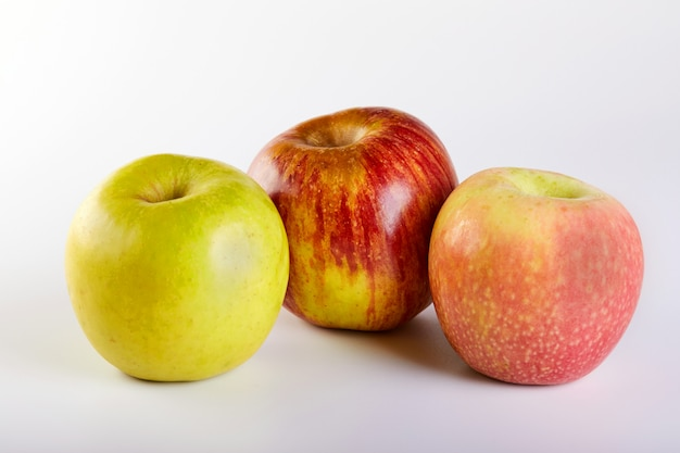 赤いリンゴ、白で隔離される緑とピンクのりんご