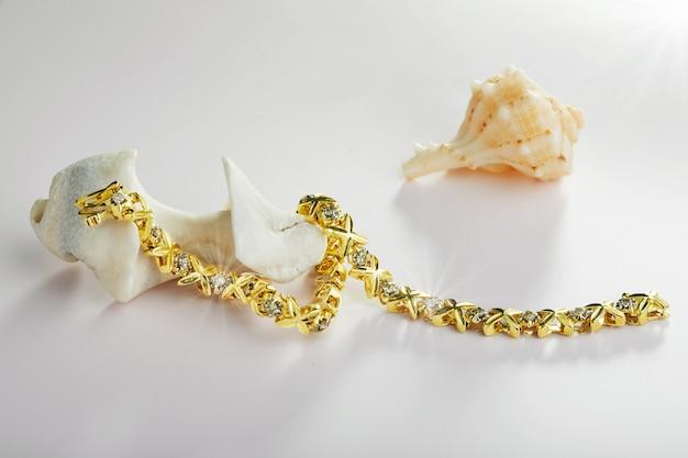 貝殻付きダイヤモンド付きゴールドブレスレット