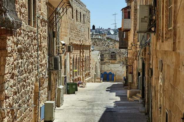 エルサレムのユダヤ人街の古代の路地。イスラエル。古い色の写真
