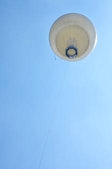 地上から青い空に浮かぶ気球、アヤルコンまでの眺め