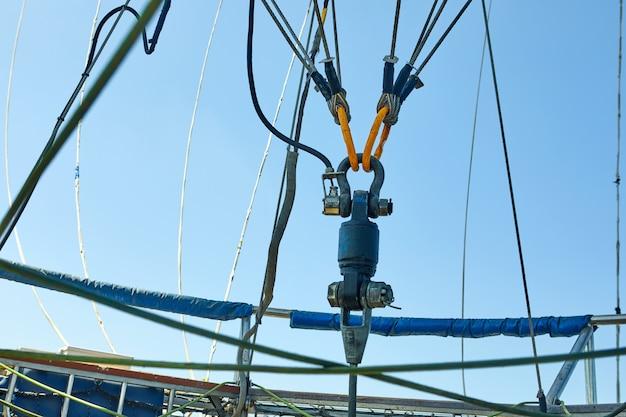 ボールを保持しているケーブルにバルーンを取り付けます