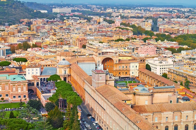 Рим, панорама здания вечером, вид на рим на крыше с древней архитектурой в италии