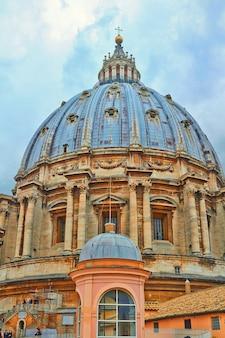 サンピエトロ大聖堂、サンピエトロ広場