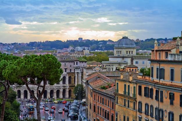 ローマのパノラマの建物の夜、