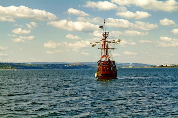 外洋の海賊船