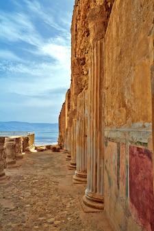 イスラエルの死海近くのユダヤ砂漠のマサダ山の風光明媚なビュー。