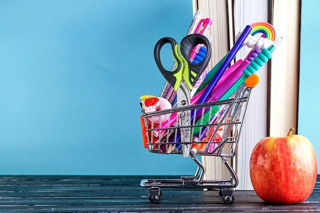学用品とショッピングカートのバナー